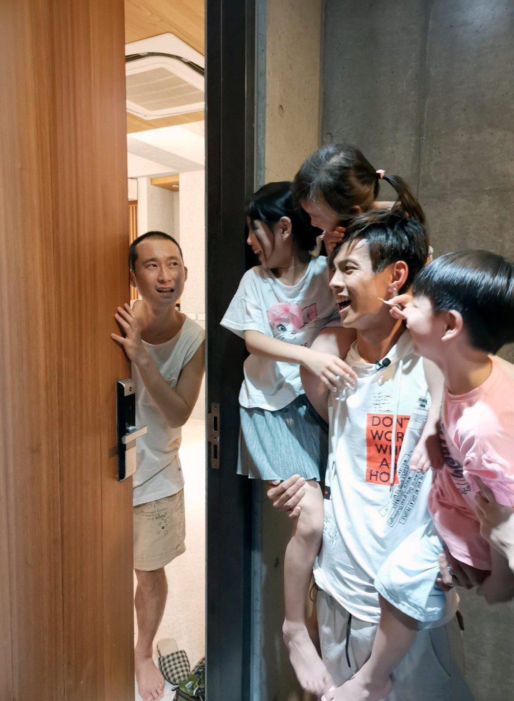 阿翔(右)帶著3個小孩來敲浩子的門,浩子大驚「我不是在度假嗎,為何變成工作了」。