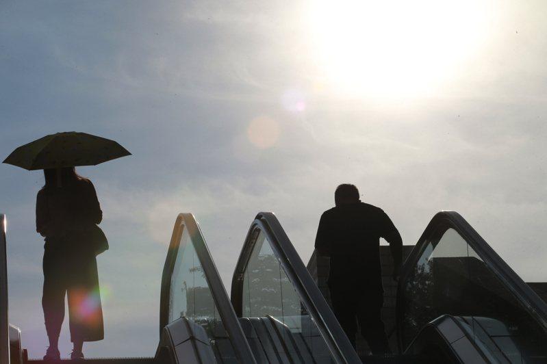 中央氣象局7月24日發布台北市午測得攝氏39.7度的高溫,創下台北站創站以來的最高氣溫紀錄。 圖/聯合報系資料照片