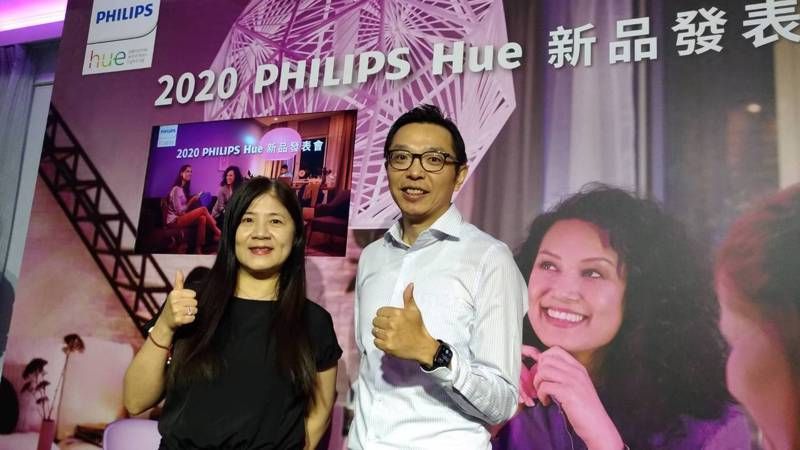 Philips Hue 2020新品上市,提供藍牙、頂級家庭娛樂系列,為台灣智慧居家市場開拓新體驗。右為昕諾飛(Signify)台灣總經理暨全球副總裁余泳濤。記者張義宮/攝影
