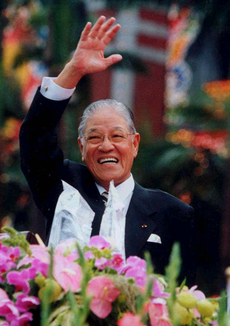 民國85年國慶大會上,時任總統的前總統李登輝向參加慶祝大會的民眾揮手致意。圖/本...