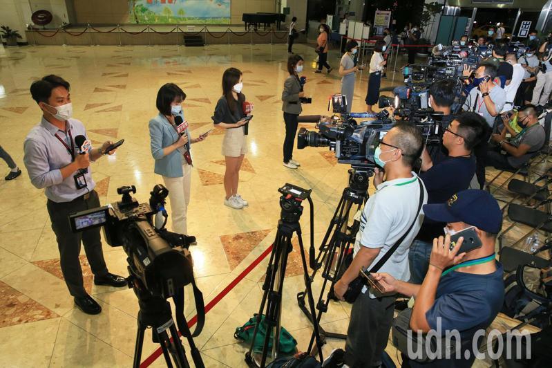 李前總統晚間病逝榮總,守候在榮總大廳的媒體記者立即發布快訊。記者潘俊宏/攝影