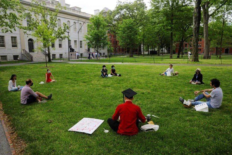 新冠疫情持續,學生害怕交流,圖為哈佛大學生改在戶外討論課堂內容。路透