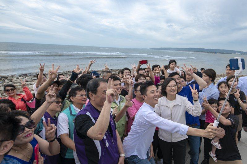 蔡英文總統去年由新竹市長林智堅陪同在魚鱗天梯自拍,見證新竹漁港整治的美麗蛻變。圖/新竹市府提供