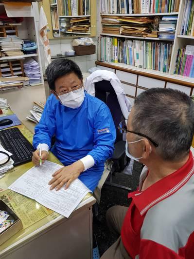 王宏育(左)最怕看診時眩暈症發作,必須故作鎮定,避免嚇壞病人。圖/王宏育提供