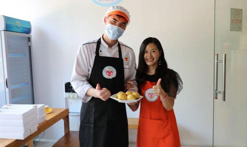 趙磊磊(左)在廣東打工後,回到咖啡屋當烘焙師傅,右為李紹嬅。圖/本報北京傳真