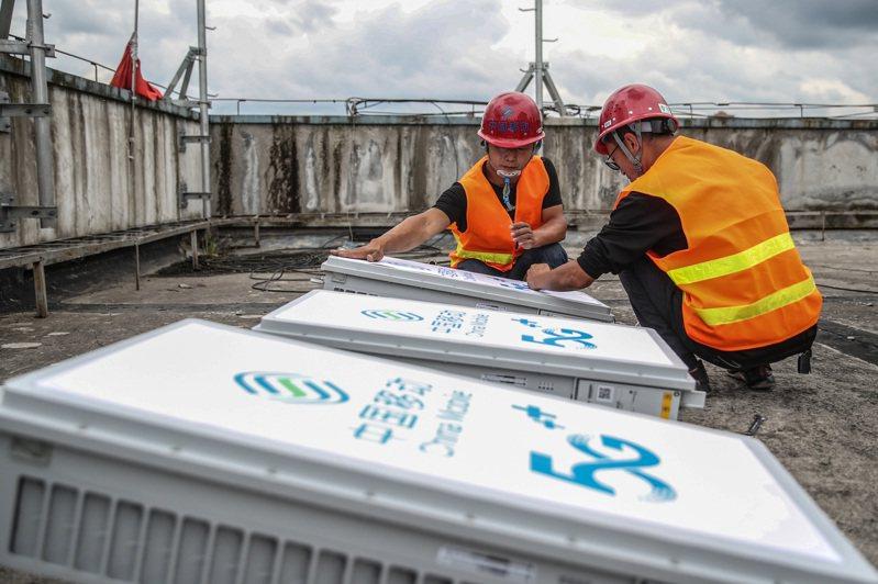 北京計劃年底前新增5G基站1.3萬個,中國移動工作人員在整理5G設備。(中新社資料照)