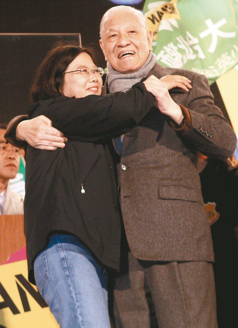 2012年總統大選前最後一夜,蔡英文(左)與李登輝互相擁抱。(本報系資料庫)