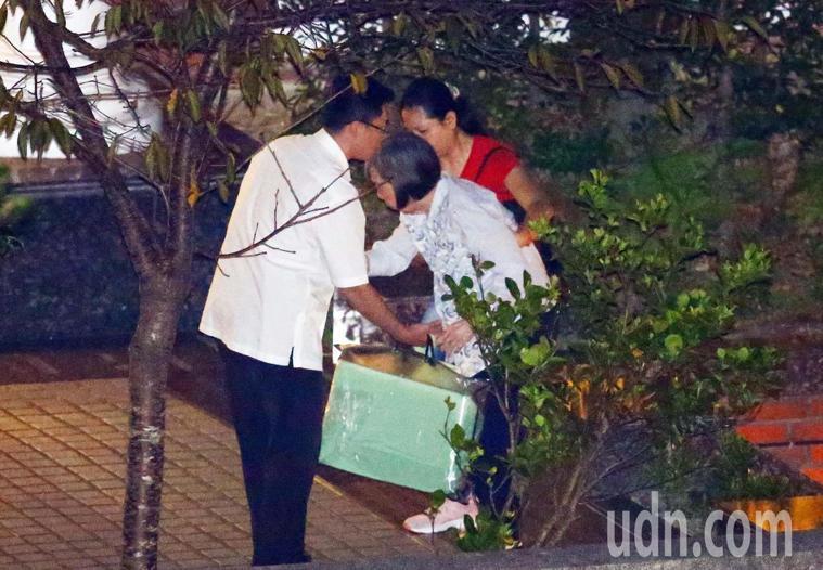 前總統李登輝遺體移至懷遠堂後,夫人曾文惠也在隨扈與看護陪伴下回到翠山莊休息。記者...