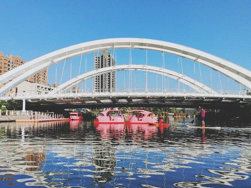 高雄市觀光局明在河西路願景橋舉辦「愛河水漾嘉年華」。 圖/高雄市觀光局提供