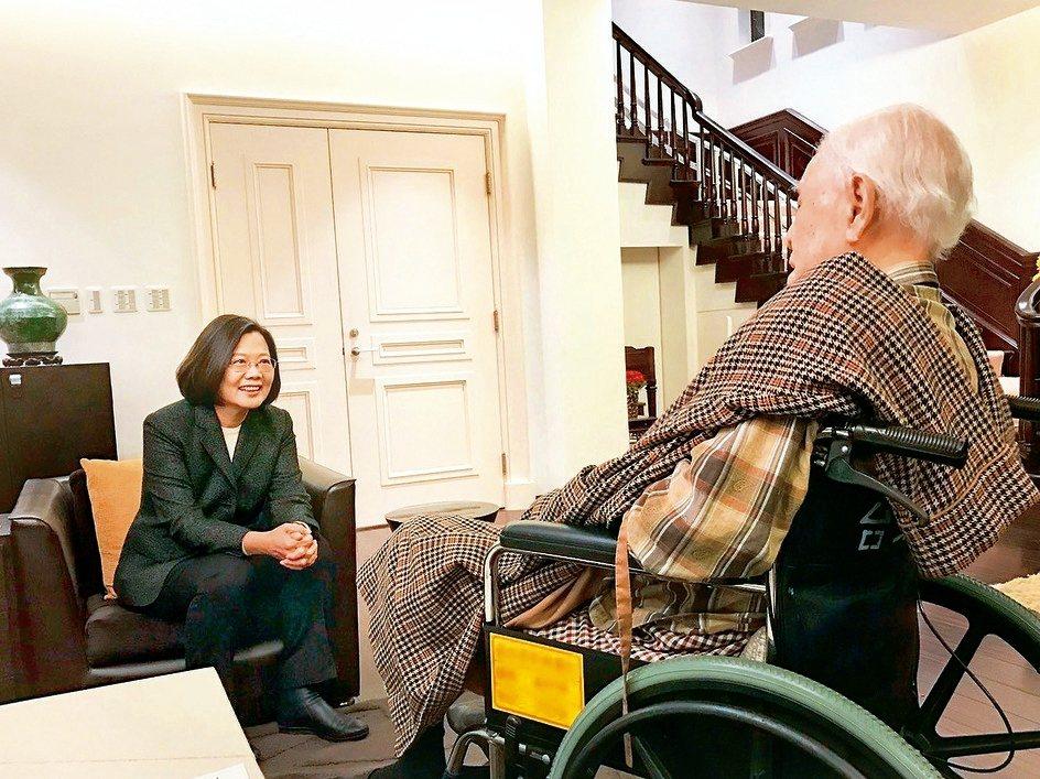 蔡英文總統連任後,前往李登輝家中拜訪,向李說明大選結果。 圖/本報資料照片、截自維基百科、李登輝臉書、蔡英文