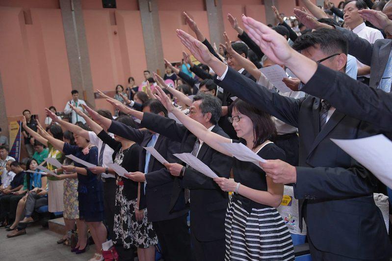 台北市今年共有12位校(園)長申請退休,16位新任校長將於8月1日就任,圖為去年校長布達典禮。圖/台北市教育局提供
