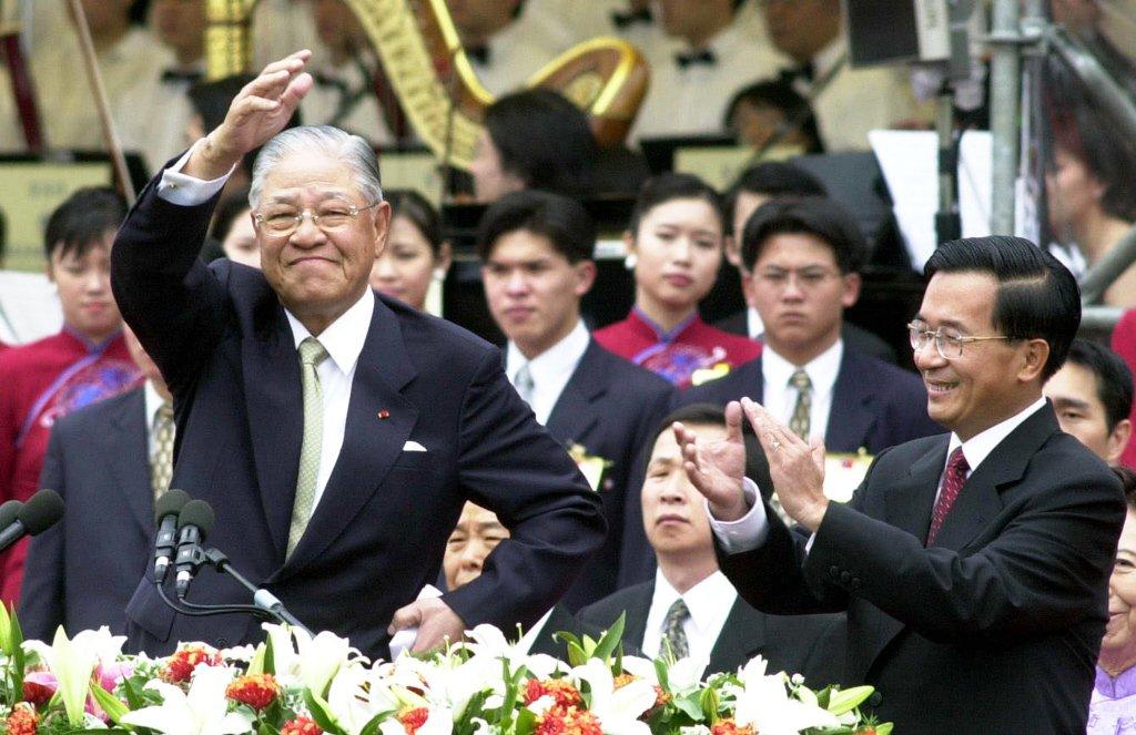 2000年5月20日,李登輝總統將政權和平移轉給民進黨籍的陳水扁,此為台灣史上首度政黨輪替。 圖/聯合報系資料照