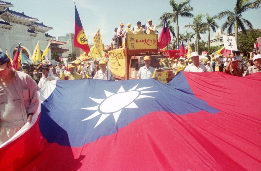 1999年,李登輝提出「兩國論」後,新黨以「和平反戰」為主題,發起反兩國論大遊行。 圖/聯合報系資料照