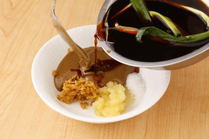 擔擔醬:蒜末、冬菜再加上芝麻醬、甜醬油、香油及白醋拌均勻。 圖/幸福文化提供