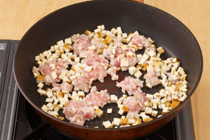 麻婆豆干醬:將豆干和絞肉炒乾,香氣才會出來。 圖/幸福文化提供