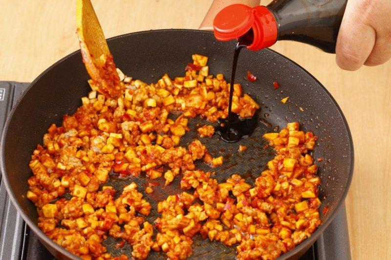 麻婆豆干醬:將醬炒出油亮色,香氣更濃郁。 圖/幸福文化提供
