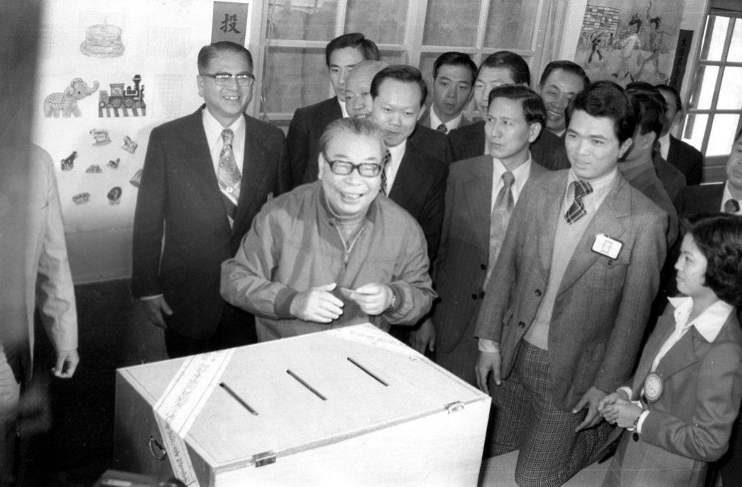 蔣經國在時任台北市長林洋港(左後)的陪同下,投票選舉台北市議員。 圖/聯合報系資料照