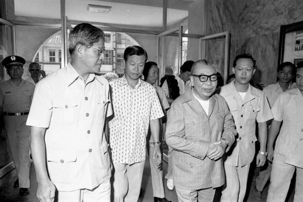 蔣經國至台北市政府巡視,左為時任市長李登輝。 圖/聯合報系資料照