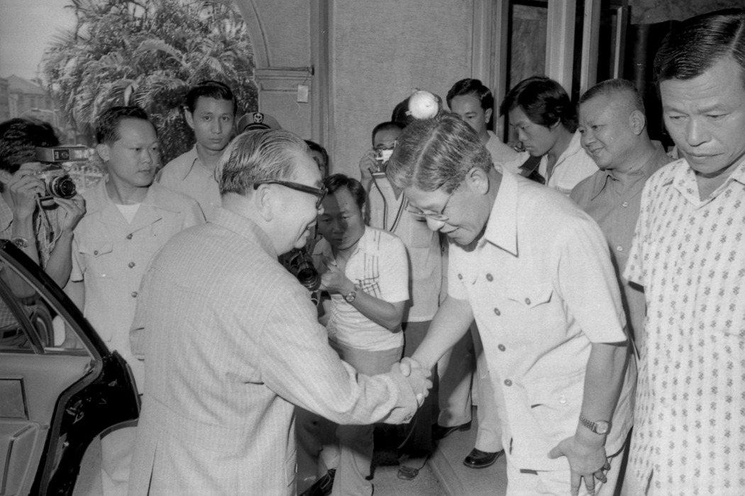 1979年,蔣經國至台北市政府巡視,聽取時任市長李登輝(右)報告供水情形。 圖/聯合報系資料照