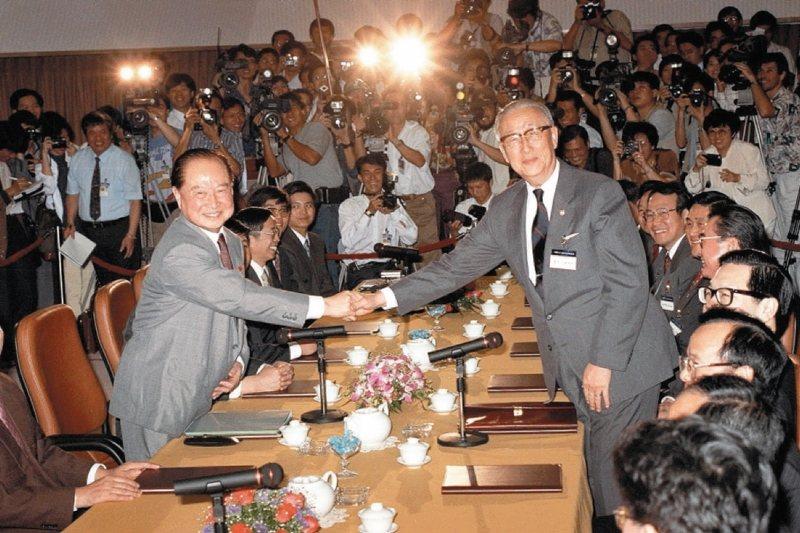 1993年4月27日,時任海基會董事長辜振甫(右)與海協會會長汪道涵(左)留下「辜汪會談」歷史性的一幕。 圖/聯合報系資料照