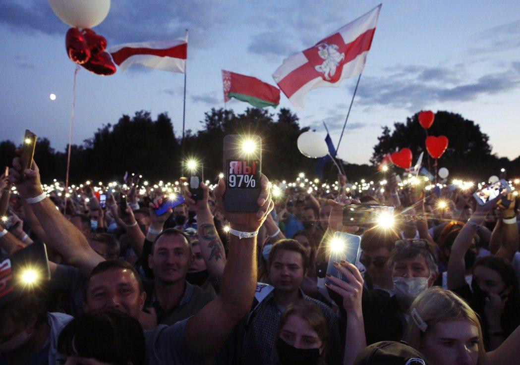 圖為30日在明斯克,季哈諾夫斯卡婭的選舉造勢。 圖/歐新社