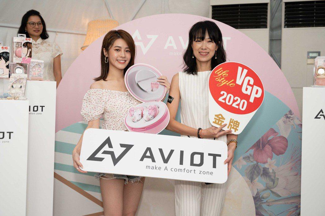 AVIOT台灣總經理土山裕子表示:此款耳機盒外觀如同女性所使用粉餅盒,一打開外盒...