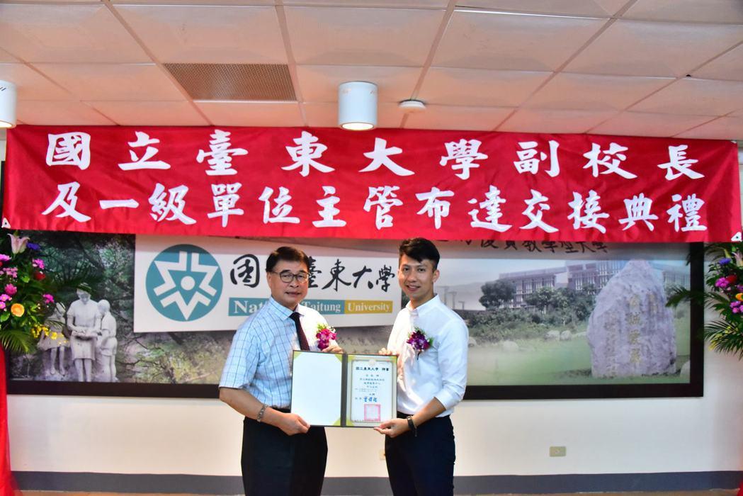 新任教育發展中心主任許立群(右)與校長曾耀銘合影。 臺東大學/提供。