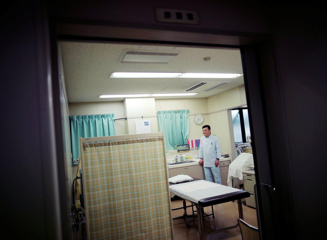 優里也不願讓年邁的父親勞累,因而選擇自己搬至公寓,聘請24小時看護協助其生活起居...