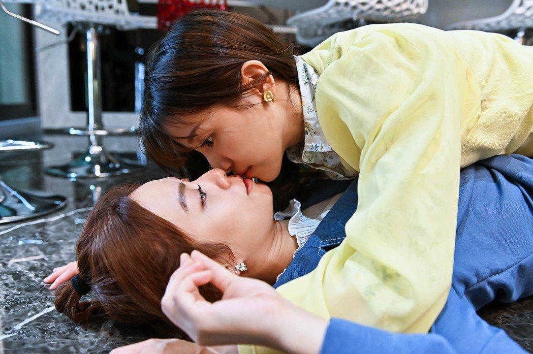 蔡瑞雪(上)、宋芸樺在「浪漫輸給你」中上演女女吻。圖/台視提供