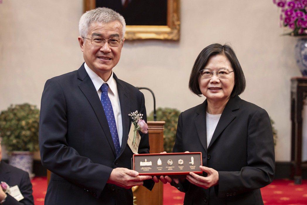 蔡總統贈送紀念品,由全體得獎代表桃園市副市長李憲明(左)代表接受。 總統府/提供
