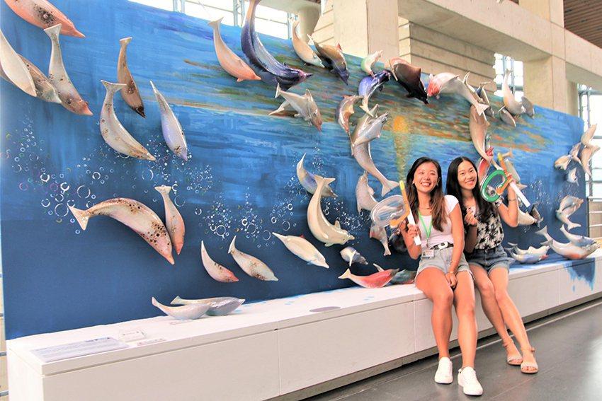 民眾搭配現場趣味拍照小道具,搶拍高人氣66隻白海豚。 陶博館/提供