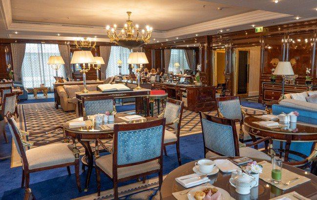莫斯科麗思卡爾頓酒店的行政貴賓廳裝潢奢華,禮賓人員服務細膩溫暖。 圖/梁旅珠提供