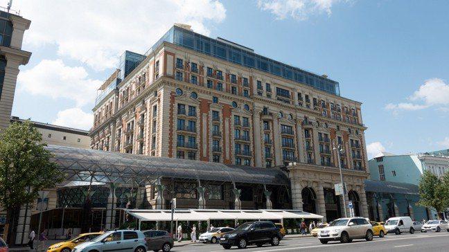 麗思卡爾頓外觀古典,但最高的兩個樓層卻是時尚的玻璃帷幕,讓位於此的行政樓層套房視...