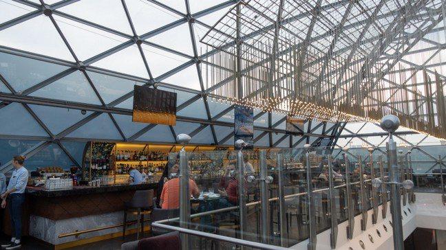 玻璃帷幕屋頂下的O2 LOUNGE。 圖/梁旅珠提供