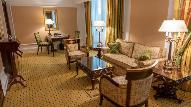 行政套房客廳具一貫的古典溫暖色調,是最典型的麗池卡爾頓式顏色與裝潢。 圖/梁旅珠...