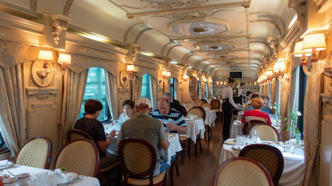 此行金鷹號總共有兩節餐車以及兩節內有吧檯的休閒車廂。 圖/梁旅珠提供