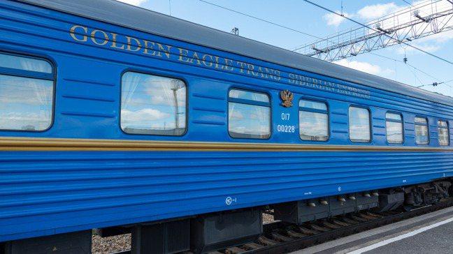 藍色的金鷹列車車身與LOGO,外型與一般列車沒有太大差異。 圖/梁旅珠提供