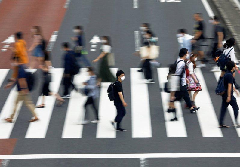 受2019冠狀病毒疾病(COVID-19,新冠肺炎)影響,日本沖繩當地媒體今天報導,沖繩將自行宣布進入緊急狀態,並將縣內警示等級從第2階段流行警戒期提升至第3階段感染流行期。