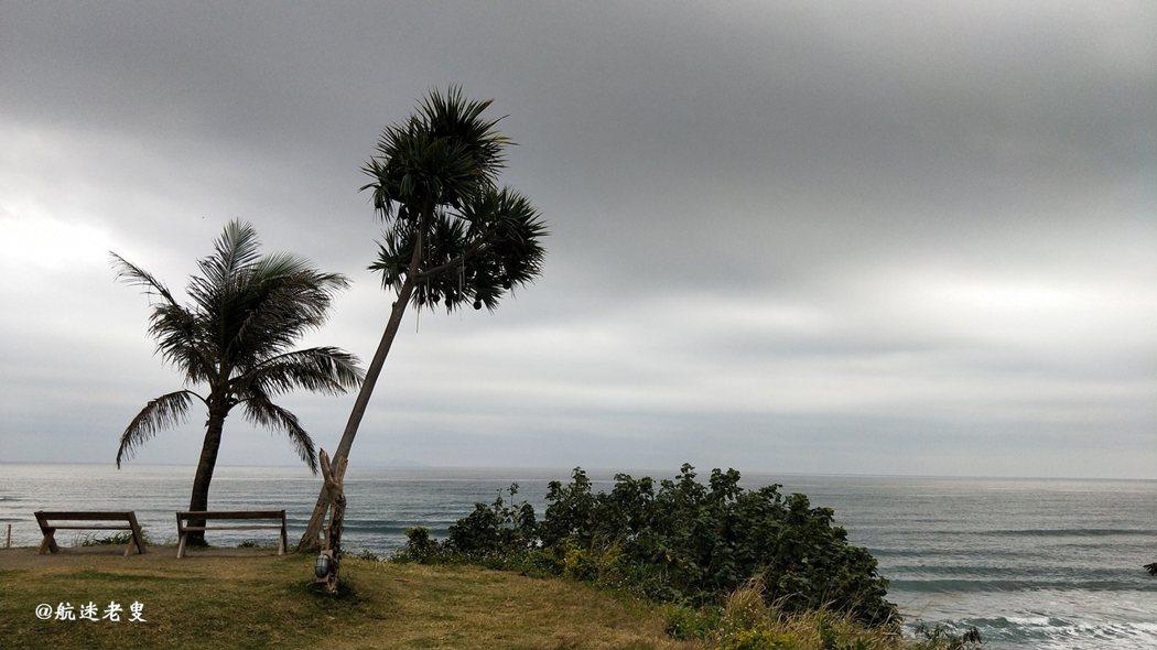 座在椅上看海,廣闊的太平洋占據了我的視線, 心中不免喊出,真美~