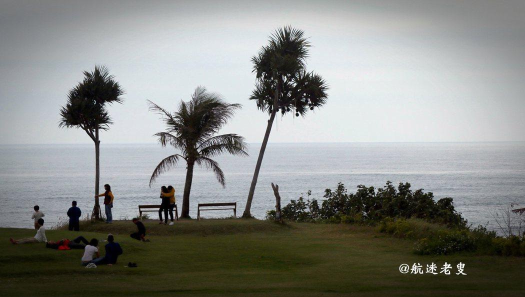 看著海浪起伏的波紋,天色暗淡有另種唯美, 真正的享受,就是不在乎時間的流逝。