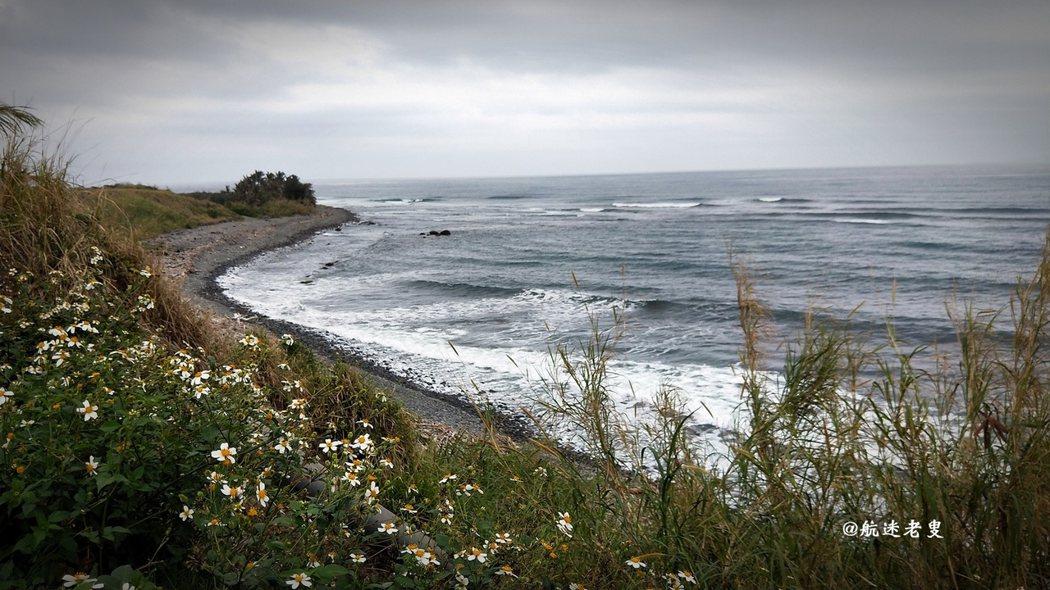 海浪和野花有種平衡之美,這片半月灣可不是浪得虛名, 即使是隨意按下快門,照片中的海洋和野花都保持著優美的姿態, 雖是陰天淡淡的灰色也挺美,所謂「淡妝濃抹總相宜」就是這樣吧。