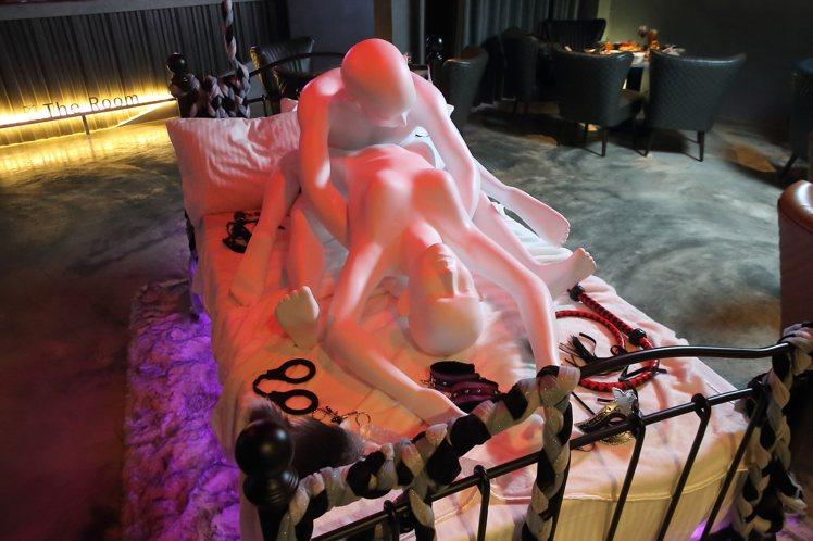 店內的男女雕塑,勾勒起房間的情慾氛圍。記者陳睿中/攝影