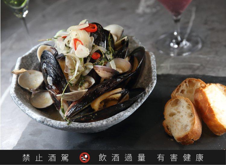 限制級泳池白酒持久蒸淡菜,每份620元。記者陳睿中/攝影
