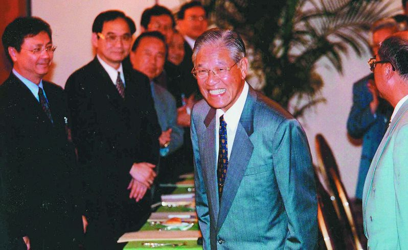 1997年第3屆國民大會第2次會議,國民黨主席李登輝向在場黨籍國代鞠躬拜託。圖/聯合報系資料照片