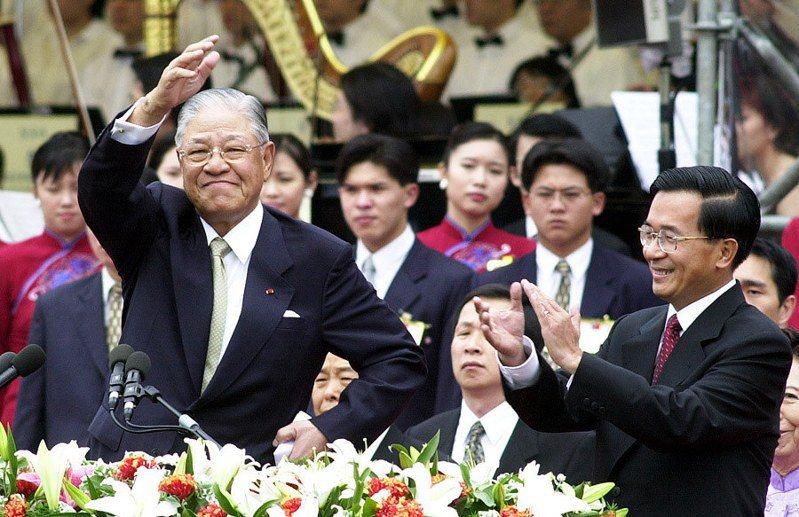 前總統李登輝 (左)昨辭世,圖為二○○○年五月廿日第一次政黨輪替,他卸任總統時揮手向全國同胞道再見。 圖/聯合報系資料照片