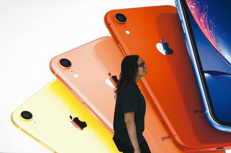 分析師預估,新iPhone因支援5G成本增加,蘋果將透過調降電池板規格降低成本。 (圖/路透)