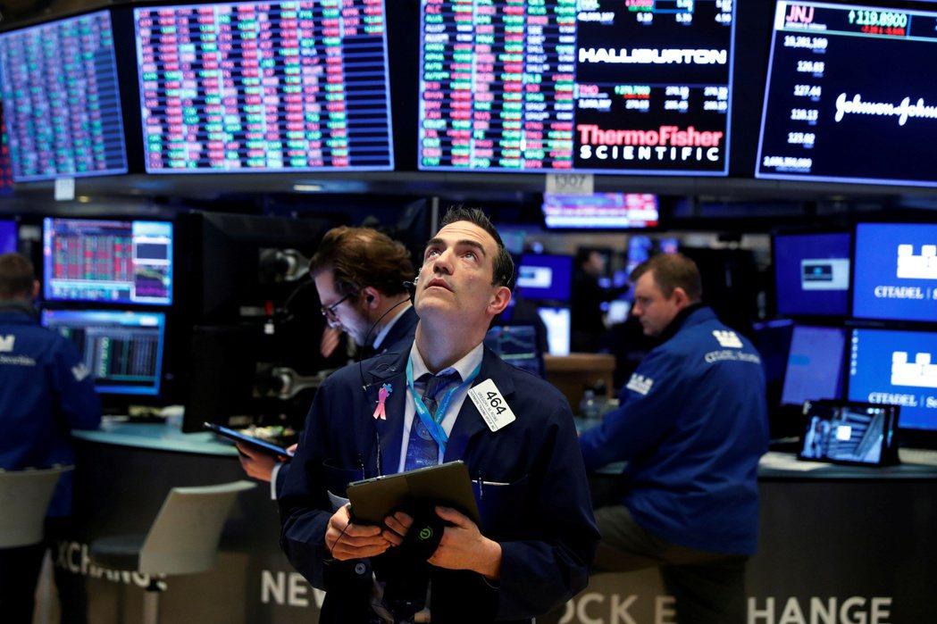 美國股市(30日)收低,但道瓊與標普500指數盤中跌幅收斂。(圖/路透)