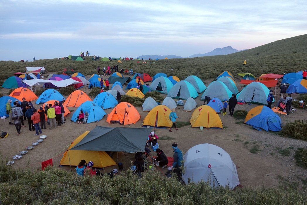 因國內旅遊熱潮、社群媒體「曬照」效應,愈來愈多民眾湧入山區。圖為合歡山小溪營地。 圖/聯合報系資料照