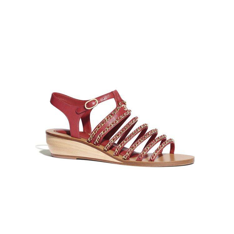 紅色皮穿鏈緄邊低跟木底涼鞋,44,600元。圖/香奈兒提供