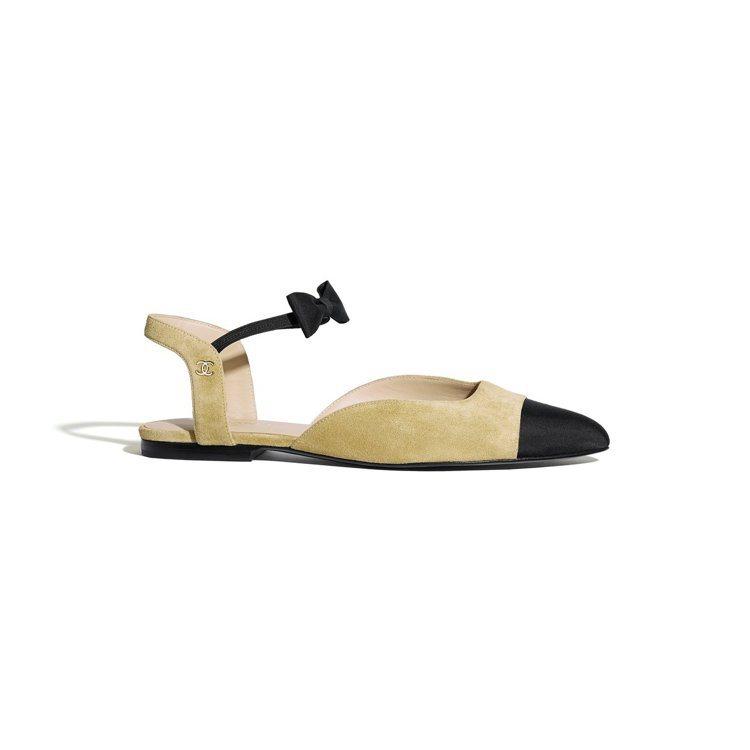 米色麂皮羅緞雙色蝴蝶結平底鞋,28,000元。圖/香奈兒提供
